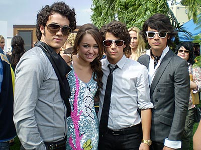 http://www.blog-city.info/en/img3/3473_the%20jonas%20brothers%20with%20miley%20cyrus.jpg